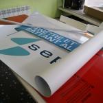 Le vinyle autocollant prêt à être posé sur le support Dibond...
